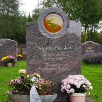 Grabstein poliert Granit Paradiso Rasengrab Grabschmuck Grabdeko Blumen Glas Einsatz Sonne kaufen Friedhof Ronshausen Steinmetz
