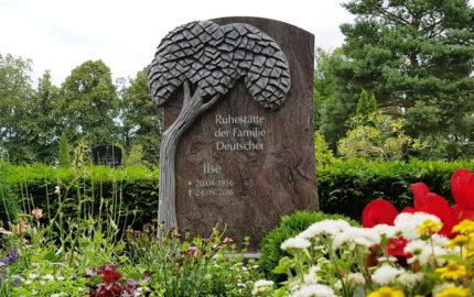 Gemeinschaftgrabstein für ein Doppelgrab aus Granit in Demmin auf dem Friedhof St. Bartholomaei