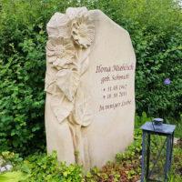 Sonnenblume Grabstein Motiv Sandstein Grabgestaltung Grablaterne Steinmetz Bildhauer Friedhof Hochheim