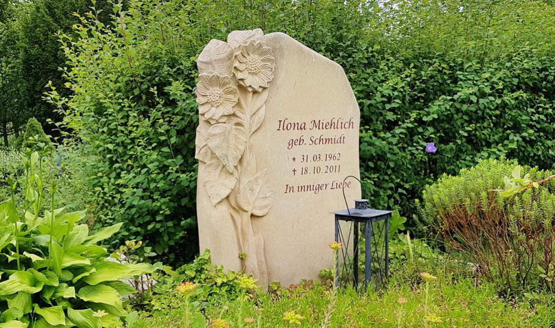 Grabmal Sonnenblume Blume Einzelgrab Gestaltung Bepflanzung Sommer Beispiel Fotos Bilder Sandstein Steinmetz Erfurt Friedhof Hochheim