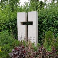 Grabstein für ein Doppelgrab aus Kalkstein Symbol Kreuz christlich religiös Steinmetz Friedhof Erfurt Hochheim