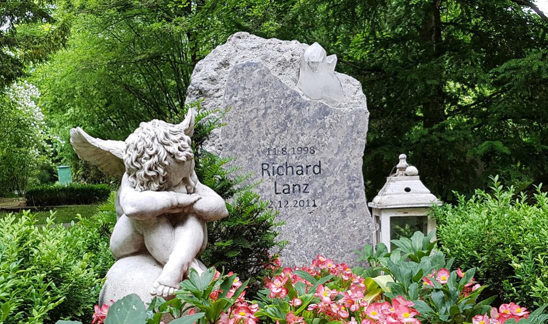 Rustikaler Grabstein jungen Menschen Felsen Findling Kalkstein Bergkristall Erfurt Hauptfriedhof