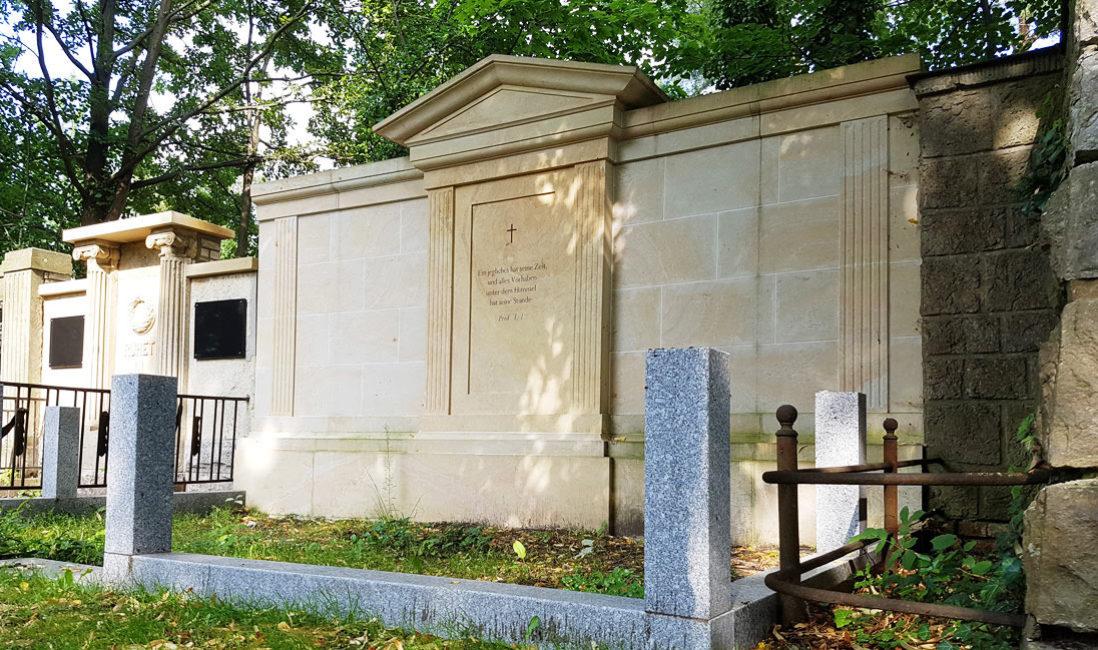 Grabanlage Familiengrab Sandstein Petershagen Friedhof Seitenansicht
