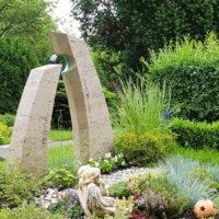Kindergrabstein Grabstein für einen jungen Menschen Travertin Glaskunst Sonne zweiteilig Grabgestaltung Kies Pflanzen