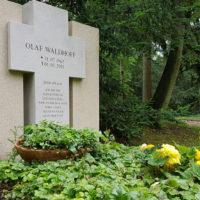 Familiengrabstätte Grabmal Familiengrabstein christlich Kreuz Kalkstein Steinmetz Hauptfriedhof Erfurt Moderne Grabgestaltung Familiengrab