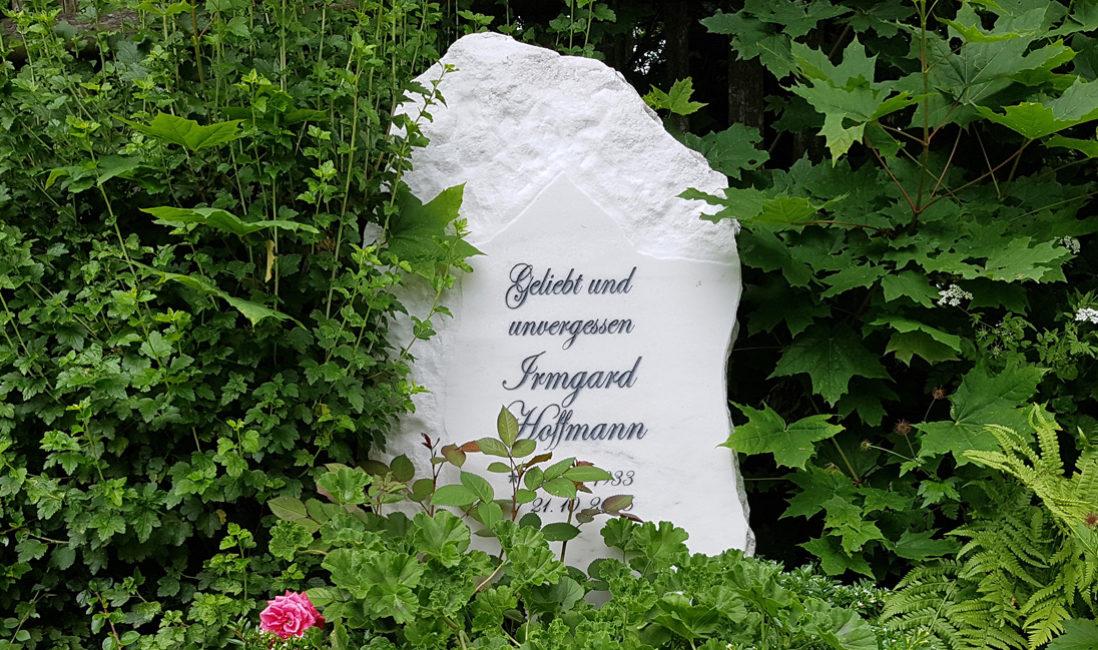 Urnengrab Grabstein Felsen Findling Marmor Gestaltung Rustikal Bildhauer Steinmetz Cospeda Jena Friedhof