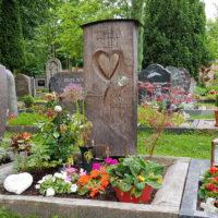 Grabgestaltung Holz Grabstein Holz Herz Motiv Beispiel Idee Urnengrab Einfassung Friedhof Erfurt Hochheim