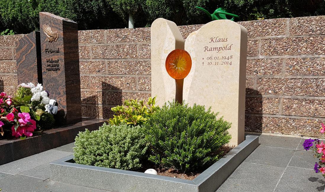 Urnengrab Gestaltung pflegeleicht Grabstein Kalkstein Glas Element Sonne zweiteilig Steinmetz Bad Hersfeld Friedhof Frauenberg