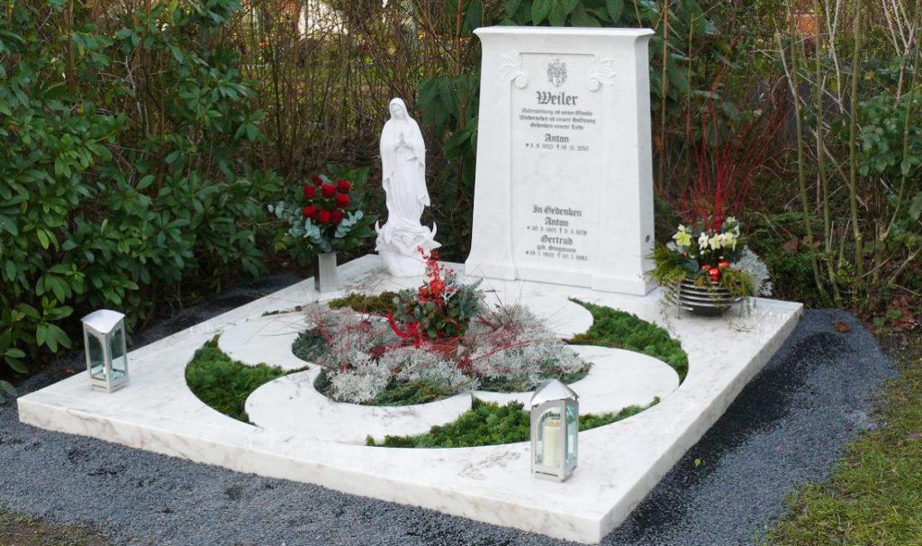 Edelstahl Grablaternen auf einer Grabstätte aus Marmor