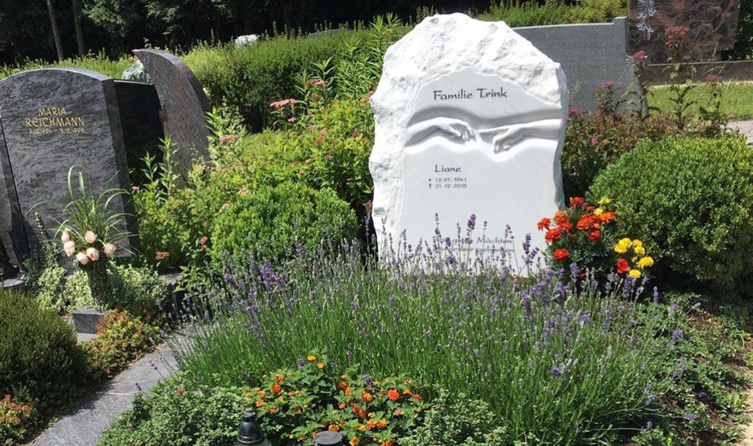 Doppelgrabstein Familiengrabstein  Doppelgrabstätte gestalten Grabbepflanzung Grabgestaltung Marmor Grabstein Felsen Findling Michelangelo Friedhof Villach Mittewald Österreich