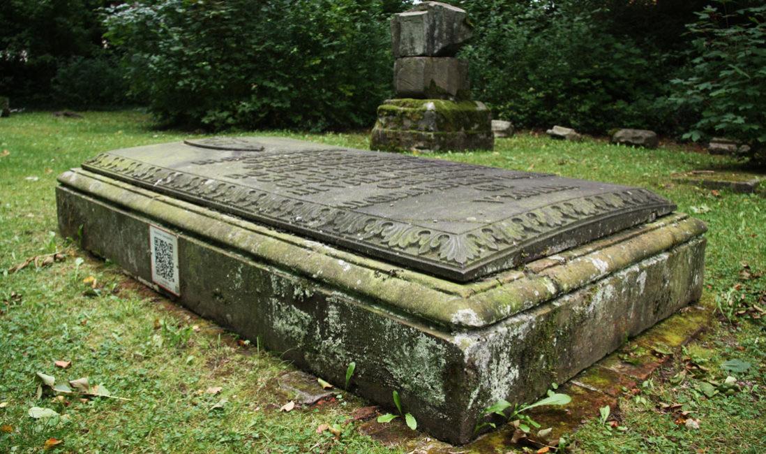 Grabplatte Gedenkstein Sandstein Georgenthal Friedhof Seitensicht