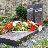 Grabanlage Grabstein zweitgeteilt Michelangelo Grab Einfassung Platten Pflegeleichte Grabgesteltung modern Granit Paradiso Steinmetz Friedhof Georgenthal