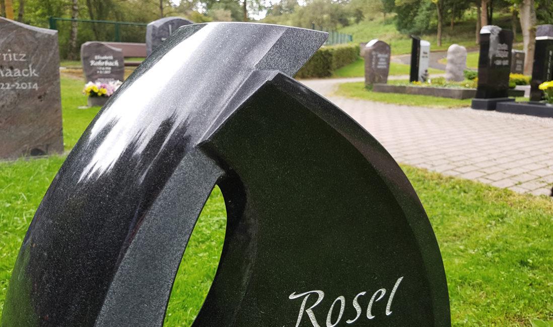Grabstein Urnengrabmal Granit Ronshausen Friedhof Detail