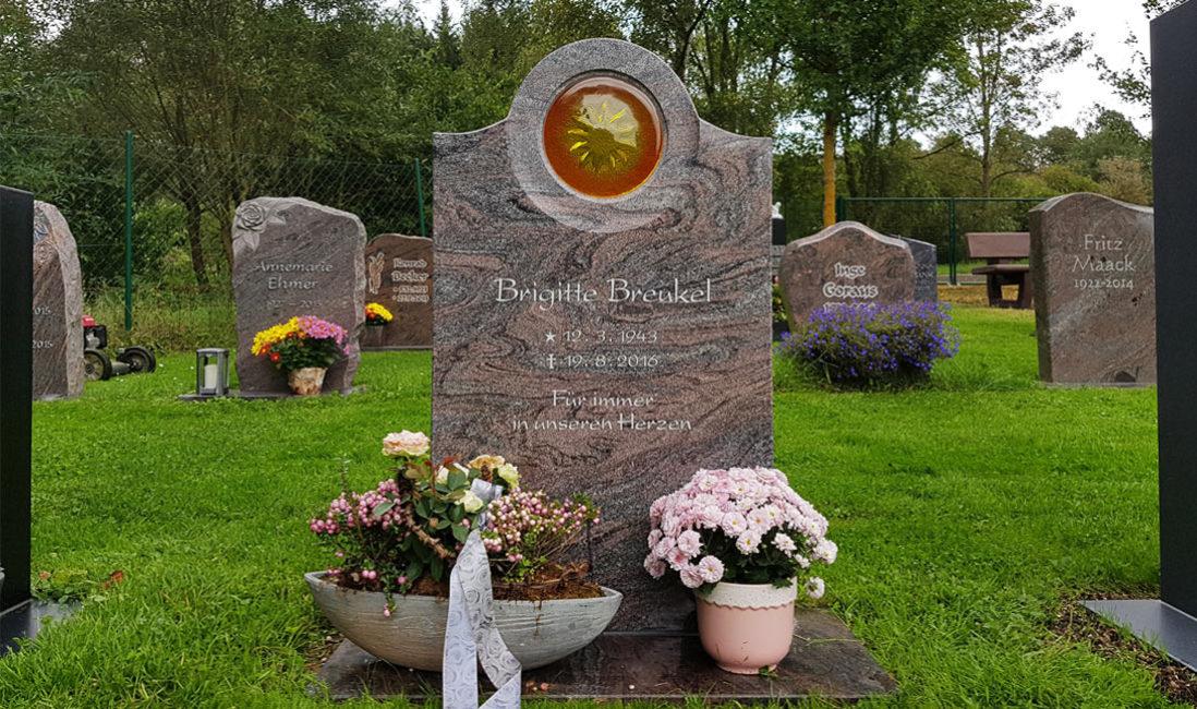 Paradiso Urnen Grabstein Rasengrab Wiesengrab Granit poliert Glas Element Sonne Grabplatte Sockel Steinmetz Friedhof Ronshausen