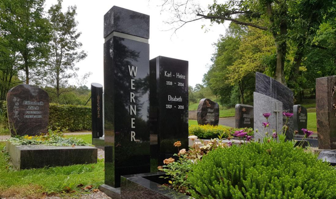 Moderne Design Einzelgrabstätte Grabstein Einfassung Granit schwarz poliert Einzelgrabstein zweiteilig zweigeteilt Grabinschrift Metall Steinmetz Friedhof Ronshausen