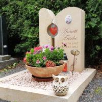 Urnengrab Gestaltung Kies pflegeleicht Grabstein Glas Herz Grabschmuck Grabdeko Grabschale Friedhof Großschwabhausen Steinmetz
