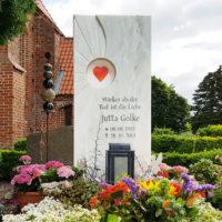 Moderne Grabgestaltung Grabdeko Grabschmuck Blumen Sommer Grabstein Marmor Herz Grablaterne Beispiel Idee