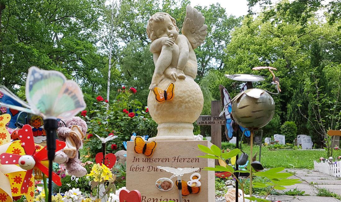 Grabgestaltung Kindergrab Grab Junge Menschen Engel Grabstein mit Grabschmuck Grabdekoration Glas Gestaltung Steinmetz Erfurt Hauptfriedhof