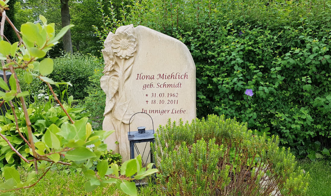 Grabstein Sonnenblume Blume Einzelgrab Gestaltung Grabbepflanzung Sommer Beispiel Fotos Bilder Sandstein Steinmetz Erfurt Friedhof Hochheim