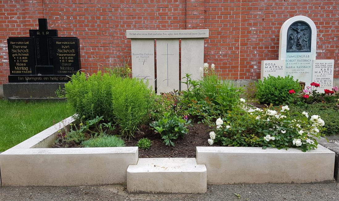 Familiengräber gestalten Familiengrab Doppelgrab mit Einfassung Bepflanzung Grabgestaltung Stauden Beispiele Ideen Fotos Friedhof Erfurt Hochheim