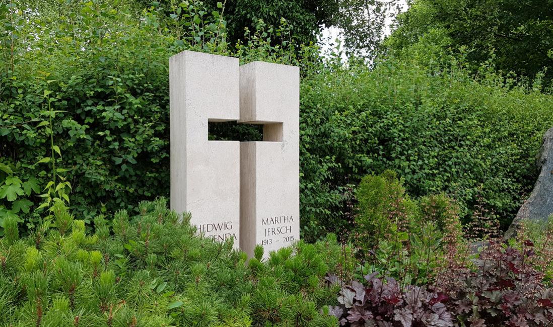 Grabstein Doppelgrabstein Motiv Symbol Kreuz Doppelgrab Kalkstein weiß hell zweigeteilt Beispiel Idee Steinmetz Friedhof Erfurt Hochheim