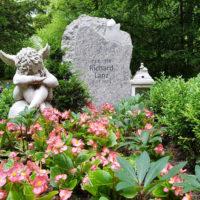Einzelgrabstätte Bepflanzen Deko Grabschmuck dekorieren Engel Grabfigur Grabstein Felsen Findling Laterne