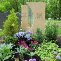 Grabgestaltung Grabbepflanzung wenig Sonne Blumen Schatten Grabstein Kalkstein hell religös Kreuz christlich Symbol Kreuz Einzelgrab Steinmetz Erfurt Hauptfriedhof