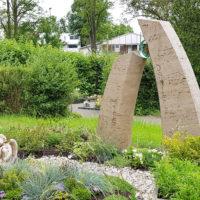 Zweiteiliger Grabstein aus Travertin mit Glaskunst für Junge Menschen Moderne Grabmalgestaltung