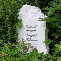 Grabgestaltung Urnengrab Felsen Findling rustikal Marmor Einfassung Jena Steinmetz Cospeda Friedhof