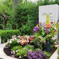 Grabgestaltung Urnengrabanlage Sommer Herbst Bepflanzung Blumen blühende Bodendecker Beispiele Ideen Erfurt Hochheim