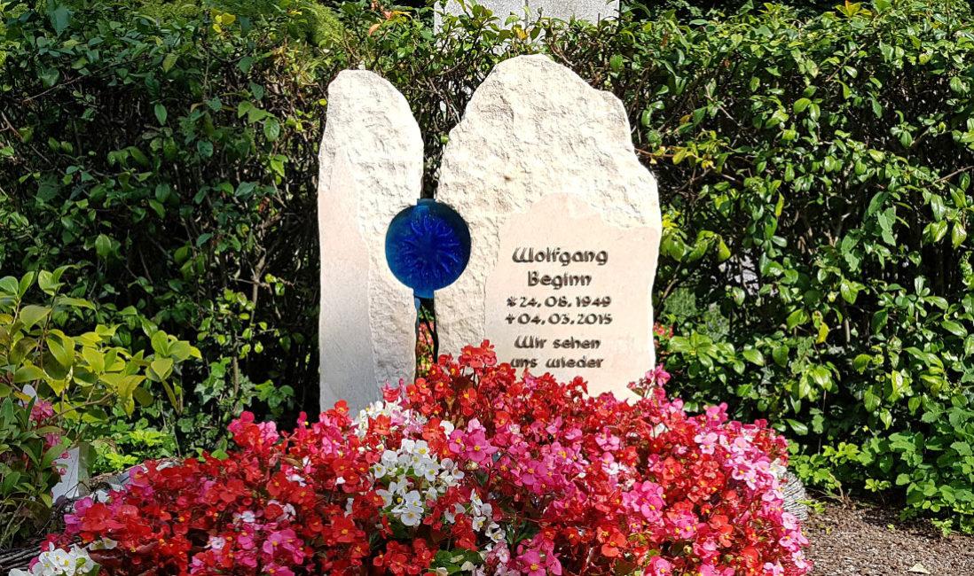 Doppelgrabstein Familiengrabstein  Doppelgrab Familiengrabstätte Bepflanzung Gestaltung Doppelgrabstein Familiengrabstein Glas zweiteilig Grabblumen Blumen für Grab Steinmetz Melaten Köln Friedhof