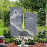 Doppelgrabstein Familiengrabstein Familiengrab Doppelgrab gestalten mulch Einfassung Granit Orion Beispiel bepflanzen Muster idee pflegeleicht Sonne Pflanzen immergrün Friedhof Frielingsdorf Lindlar