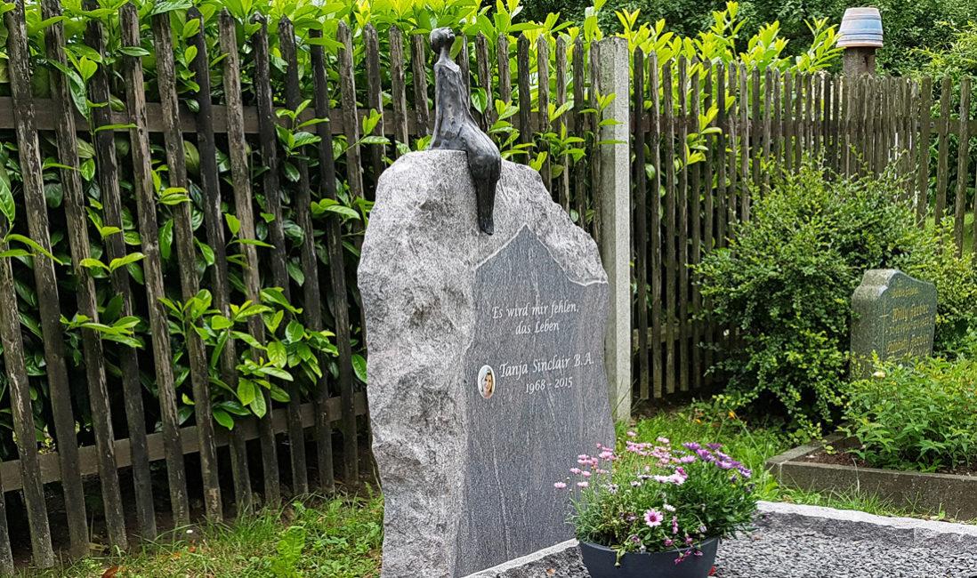 Doppelgrabstein Familiengrabstein  Granit Grabstein Sternenguckerin Granit Findling Modern Bronze Figur Einfassung Doppelgrab Familiengrab Jena Cospeda