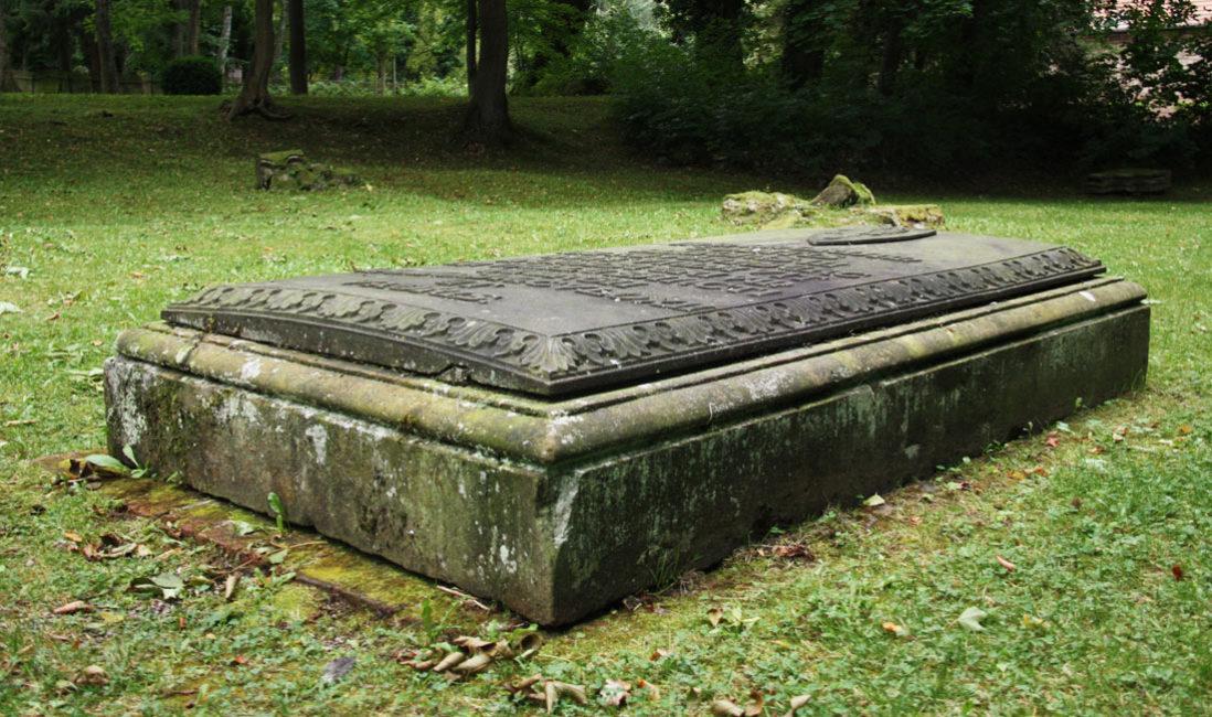 Grabplatte Gedenkstein Sandstein Georgenthal Friedhof Seitenansicht