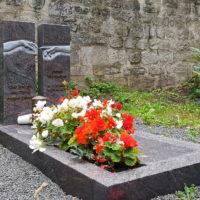 Grabgestaltung Grabbepflanzung pflegeleicht Einfassung Grabplatte Blumen Modern Grabstein Michelangelo Granit Paradiso Friedhof Gorgenthal Thüringen