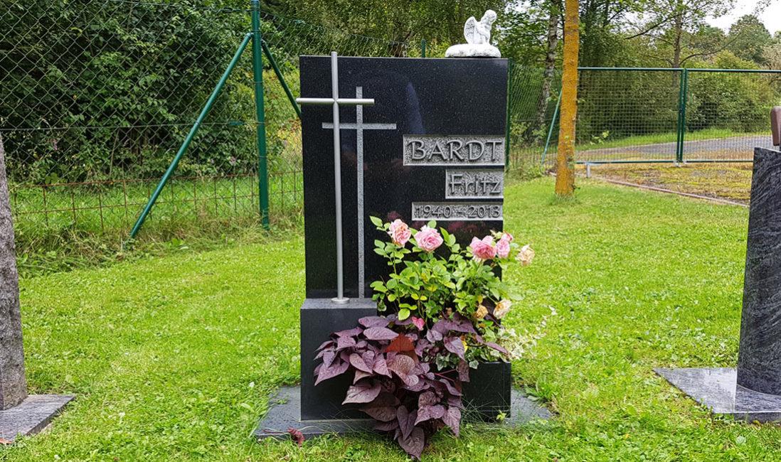 Grabstein Grabmal Wiesengrab Rasengrab Urnengrabstein Granit poliert Kreuz Symbol Edelstahl Steinmetz Friedhof Ronshausen
