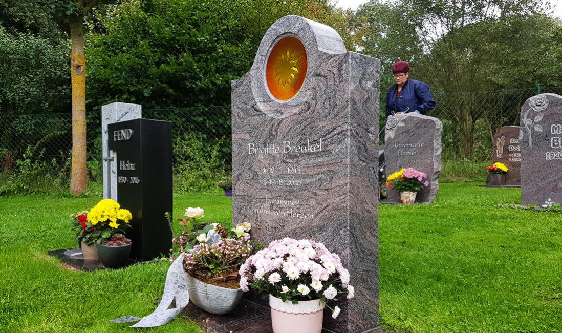 Grabstein Granit Paradiso Urnen Wiesengrab Rasengrab Platte poliert Glas Sonne Grabschmuck Steinmetz Friedhof Ronshausen
