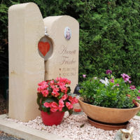 Zweiteiliger Sandstein Grabstein Glas Element Herz Junge Menschen Urnengrab Kies pflegeleicht gestalten Friedhof Großschwabhausen