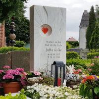 Moderne Grabgestaltung Einzelgrab Beispiel Idee Grablicht Blumen Bepflanzung Marmor Grabstein Glas Herz