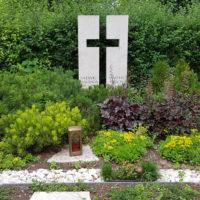 Doppelgrab Gestaltung mit Kies und immergrünen Bodendeckern Steinmetz Friedhof Erfurt Hochheim