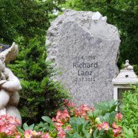 Kindergrabsteine Grabsteine Kinder Junge Menschen Kalkstein Findling Felsen Grabschmuck Laterne Engel Grabfigur Grab Pflanzen Deko Ideen Beispiele Erfurt