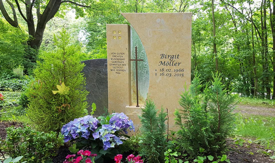 Grabstein Grabmal Einzelgrab Kalkstein Kreuz Glas Element  Grabgestaltung Schatten Pflanzen wenig Sonne Idee Beispiel Erfurt Hauptfriedhof Steinmetz