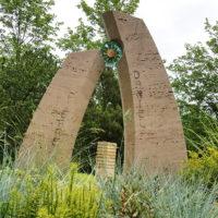 Grabgestaltung für Junge Menschen Travertin Grabmal zweiteilig Glas Symbol