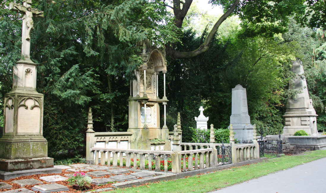 Familiengrabstätte Gruft Sandstein Köln Melatenfriedhof Seitenansicht