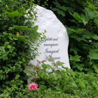 Grabmal Urnengrabstein Grabgestaltung Urnengrab Felsen Findling rustikal Marmor Einfassung Jena Steinmetz Cospeda Friedhof
