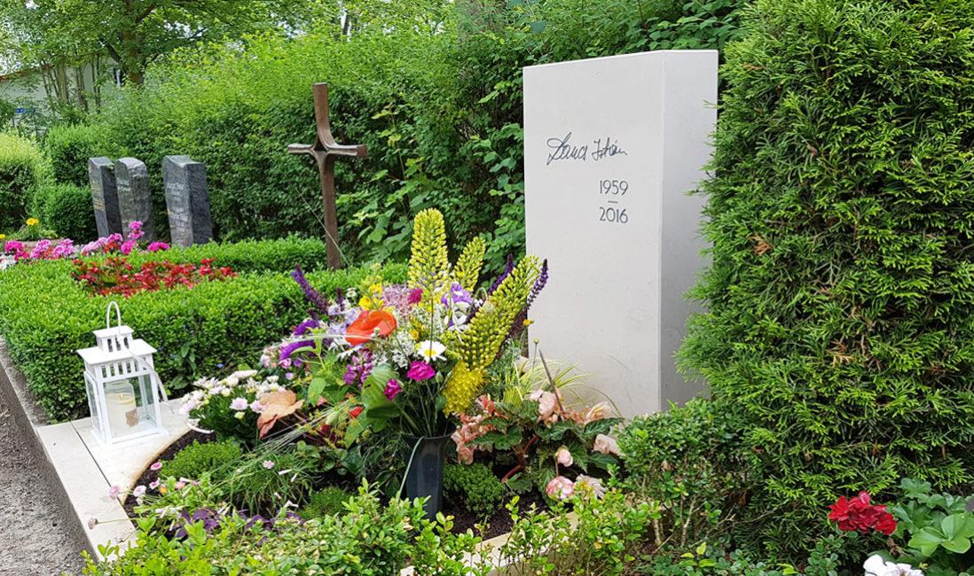 Schöne Urnengrab Grabbepflanzung Frühling Sommer Blumen Stauden Beispiele Ideen Bilder Grabmal Steinmetz Friedhof Erfurt Hochheim