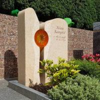 Urnengräber Zweitiliger Grabstein Glas Element Sonne Urnengrab Gestaltung Grabbepflanzung immergrün pflegeleicht Bad Hersfeld Steinmetz Freidhof Frauenberg
