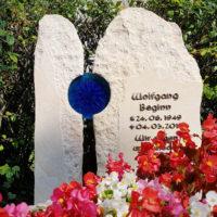 Familiengrabstein Sandstein Glas Einsatz Element Grabdeko Beispiel Blumen Grabstätte bepflanzen dekorieren Steinmetz Friedhof Melaten Köln