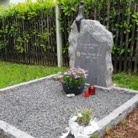 Doppelgrabstein Familiengrabstein Grabgestaltung mit Kies pflegeleicht Familiengrab Doppelgrab Grabeinfassung Grabstein Felsen Findlinge rustikal Friedhof Jena Cospeda