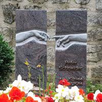 Grabstein berührende Hände Finger Michelangelo granit Paradiso poliert Moderne Grabgestaltung Friedhof Georgenthal Thüringen